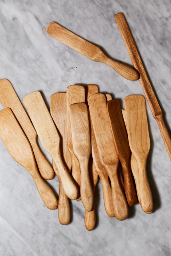 Cuillères en bois uniques faites à la main